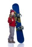 有戴着被编织的毛线衣、围巾、帽子和手套与蓝色雪板的卷曲发型的微笑的小女孩,隔绝在白色 嘘 库存照片