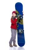 有戴着被编织的毛线衣、围巾、帽子和手套与蓝色雪板的卷曲发型的微笑的小女孩,隔绝在白色 库存图片