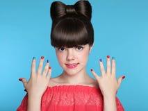 有滑稽的弓发型的秀丽时尚愉快的微笑的青少年的女孩 免版税图库摄影