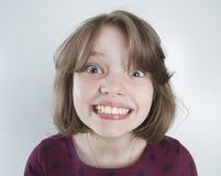 有滑稽的微笑的十年女孩 免版税库存图片