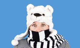 有滑稽的熊帽子的妇女 免版税库存图片