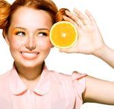 有滑稽的红色发型的快乐的青少年的女孩 库存照片