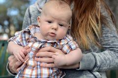 有滑稽的表示的疲乏的婴孩 免版税库存图片