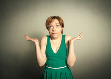 有滑稽的表示的白肤金发的妇女 免版税库存图片