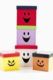 有滑稽的面孔的颜色盒在白色背景 免版税库存图片