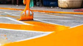 有画笔的,绘的路手禁止停车黄线区域 免版税库存照片