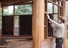 有建筑工程师的亚裔木匠 免版税库存照片