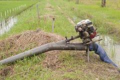 有水管的老小泵浦 免版税库存图片