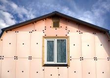 有绝缘材料的乡间别墅的屋顶和墙壁 免版税库存图片