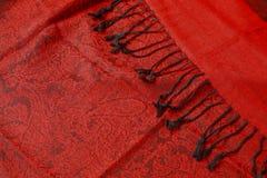 有黑缨子的深红围巾 免版税图库摄影
