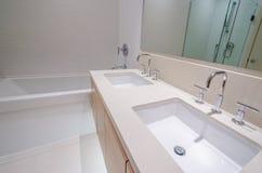 有浴缸和两个水槽的卫生间 库存图片