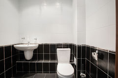 有浴缸和窗口的现代豪华卫生间 内部装饰业 免版税库存照片