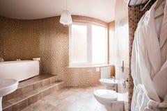 有浴缸和窗口的现代豪华卫生间 内部装饰业 免版税库存图片