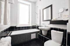 有浴缸和窗口的现代豪华卫生间 内部装饰业 图库摄影