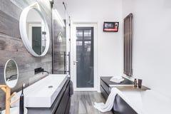 有浴缸的功能卫生间 免版税库存照片