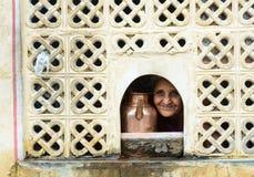 有水罐的一名妇女在斋浦尔,印度 库存照片