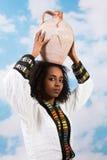 有水罐的埃赛俄比亚的女孩 免版税库存图片