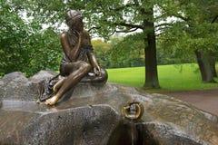 有水罐的, Tsarskoye Selo,圣彼德堡喷泉女孩 免版税库存图片