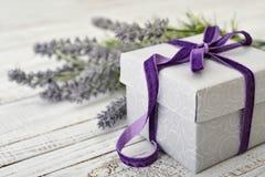 有紫罗兰色丝带的礼物盒 库存图片