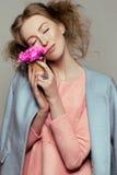 有紫罗兰色花小花束的美丽的女孩  库存照片