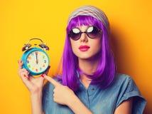 有紫罗兰色头发的女孩在太阳镜 免版税库存照片