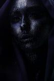 有紫罗兰色bodyart的美丽的黑暗的妇女在织品 免版税库存图片