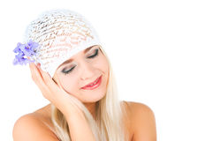 有紫罗兰花束的白肤金发的女孩  免版税库存照片