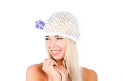 有紫罗兰花束的白肤金发的女孩  图库摄影
