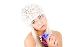 有紫罗兰花束的白肤金发的女孩  库存照片