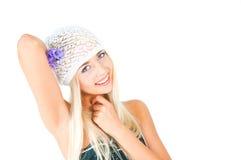 有紫罗兰花束的白肤金发的女孩  免版税库存图片