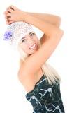 有紫罗兰花束的白肤金发的女孩  免版税图库摄影