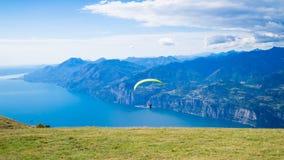 有滑翔伞的Garda湖 图库摄影
