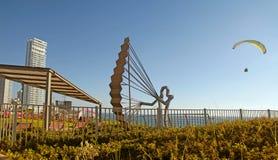 有滑翔伞雕塑的,内塔尼亚,以色列现代散步 免版税库存照片