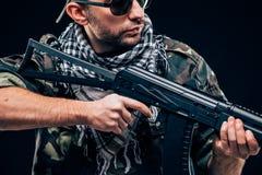 有黑背景概念的全副武装的被掩没的战士 免版税库存图片