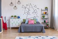有洗脸台和床的明亮的卧室 免版税图库摄影