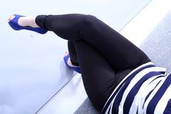 有黑绑腿的妇女 免版税库存照片