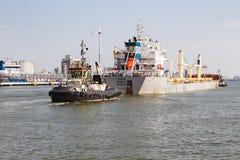 有货船的拖轮在安特卫普,比利时港口  免版税图库摄影