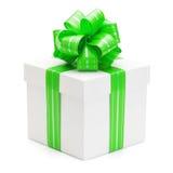 有绿色丝带和弓的礼物盒。 免版税库存照片