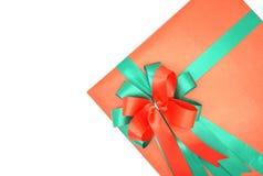 有绿色丝带的红色礼物盒在白色背景 图库摄影