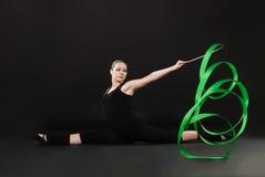 有绿色丝带的美丽的体操运动员 图库摄影