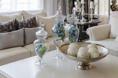 有绿色事假的豪华地球口气客厅在玻璃花瓶在 免版税库存照片