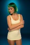 有绿色假发的逗人喜爱的苗条少妇 库存照片