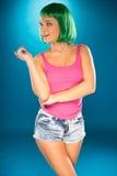 有绿色假发的逗人喜爱的苗条少妇 免版税库存图片