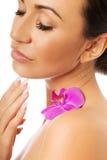 有紫色兰花和闭合的眼睛的妇女 免版税图库摄影