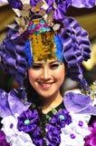 有紫色兰花接近竞争的题材的独特的服装 库存图片