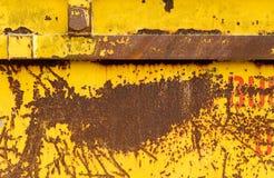 有黄色发隆隆声的油漆的老生锈的金属跳容器 库存图片