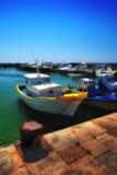 有黄色口音的小船在码头 库存图片