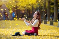 有黄色叶子的美丽的女孩在娜米海岛, 免版税库存图片