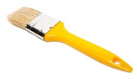 有黄色塑料把柄的油漆刷 免版税库存图片