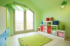 有绿色墙壁的儿童居室 库存图片